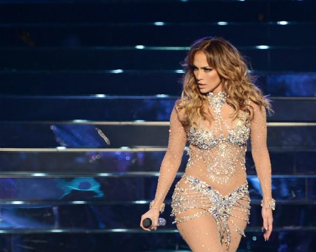 Roupa de Jennifer Lopez rasga e deixa seu bumbum à mostra durante show (Foto: Denise Truscello/Getty Images)
