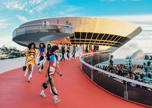 Desfile Louis Vuitton Cruise 2017 (Foto: Reprodução Instagram)