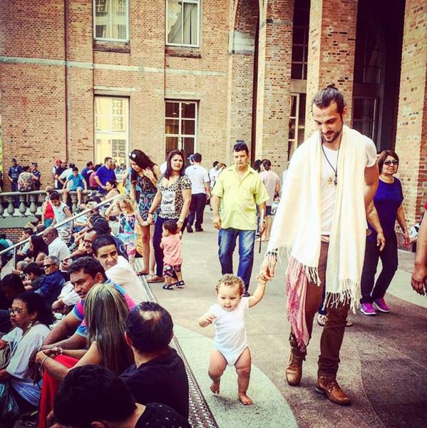 Igor passeia com o pequeno Antônio pela Basília de Nossa Senhora Aparecida, no interior de São Paulo (Foto: Reprodução/Instagram)