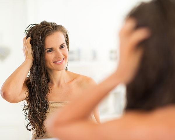 Cuidar do couro cabeludo faz a diferença na hora de ter fios mais bonitos (Foto: Thinkstock)