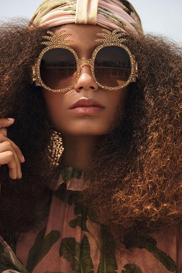 Vestido, R$ 2.900, e turbante, R$ 360, Adriana Degreas. Óculos Gucci, R$ 3.785. Brinco Eleonora Hsiung, preço sob consulta (Foto: Rodrigo Bueno (SD MGMT))