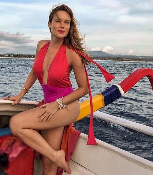 Com maiô colorido, Mariana Ximenes curte passeio de barco na Indonésia 4b995d5ee4